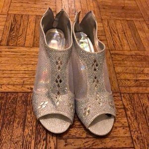 I'm selling wedding shoes that I wore only once.